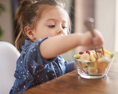 Il Plonner Dorf-Gasthof Wessling Kind beim Essen